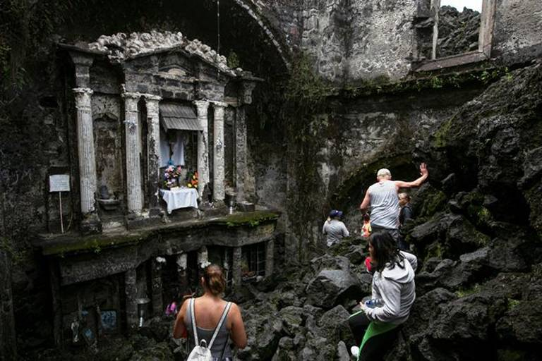 visitantes bajando por la iglesia de San Juan Parangaricutiro