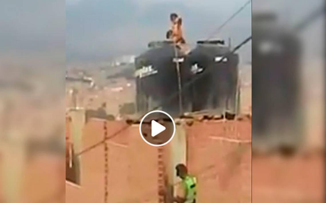 [VIDEO] Madre encierra desnudas a sus dos hijas en un tinaco - El Sol de Puebla