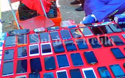 Aprueban prohibir venta de celulares en vía pública de
